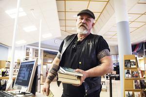 Lasse Eriksson besöker biblioteket flera gånger i veckan.