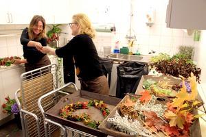 Samarbete är kul. Floristerna Marie Kronberg och Andrea Lewin i skapartagen.