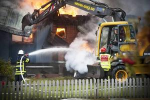 Brandkåren var där med flera personer som jobbade för fullt.