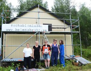 Mathilda Carlsson, Amanda Ulvebring, Helena Bratt, Klara Albertsson och Linn Pettersson vid den blivande schablonladan.