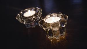 Många väljer varje år att släcka lampor och tända levande ljus under Earth hour.