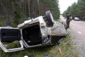 Singelolyckan på Letsboberget innebar att fordonet blev liggande på tak efter en vådlig färd längs dikesrenen med kraftiga tuschar mot stenrösen och mindre träd längs riksväg 83.