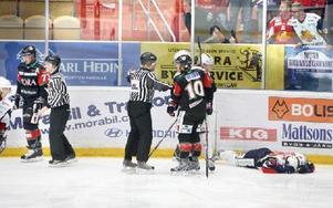 KNOCKAD. Moras Marco Tuokko, till vänster, fick matchstraff efter att ha tacklat Växjös Johan Jonsson i ryggen. Henrik Olsén diskuterar situationen med domaren.Foto: Curt Kvicker