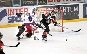 FRI. Henrik Eriksson lirkar in matchens första mål.