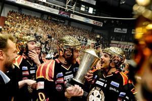 Lars Jonsson jublar med SM bucklan tillsammans med Ryan Gunderson efter att man tagit SM guld i ishockey 2012.