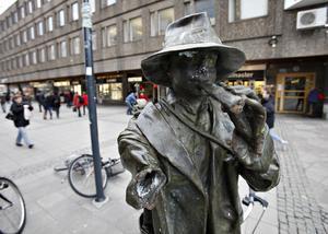 Statyn Vallpojken råkade ut för ett armbrott för några år sedan. Pengar från fonder betalade reparationen.