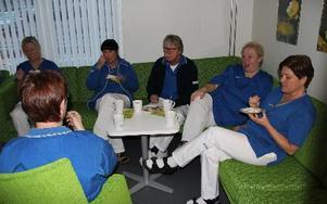 Personalen på folktandvården Örnen i Avesta välkomnar både lokaler och invigningens tårta. FOTO: KERSTIN ERIKSSON