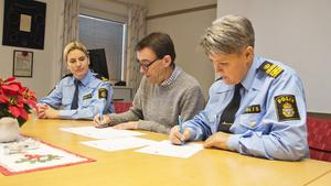 På tisdagen skrev Fagersta kommunchef Anders Kilström och lokalpolisområdeschef Agneta Kumlin på medborgarlöftet. Även kommunpolis Petronella Hjertqvist (till vänster i bild) var med vid signeringen.