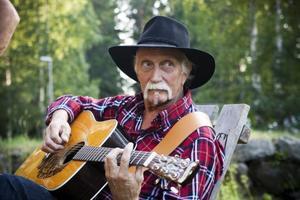 """TRUBADUR. Ingvar Bergqvist från Harmånger spelar inte bara country på gitarren. """"Jag är med i gubbrockbandet Speeders också"""", säger han.LADDAT FÖR STRID. Leif Sjöstrand deltar i en westernshow där cowboys möter skumma banditer."""