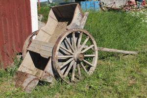 Under den gamla ladugården återfanns bland annat denna gamla vagn.