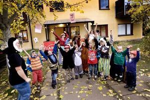 LEKFULLT. Ett tiotal barn roar sig kungligt under onsdagens teaterlekar i det nya aktivitetshuset på Nya Bruket.