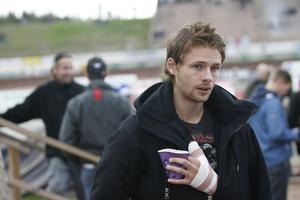 Jonas Davidsson får se matchen från sidan i kväll.