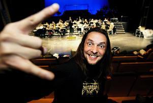 Tommy Rehn, 39 år, skapar både symfonisk hårdrock och originalmusik till Kvartersteatern. I går fick han för första gången höra sin teatermusik spelad av en stor orkester, Nordiska kammarorkestern.