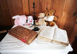 Pratstugan har både en gammal bibel och psalmbok från 1800-talet.