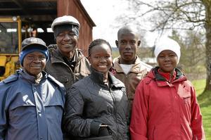 Kosläppets mest långväga besökare. Eliud Otieno, Julias Bugo, Anthony Werie, Irene Akinyi och Nancy Awouv kommer ända från Kenya och ingår i ett utbytesprogram med Lindeskolan, nu på två veckors besök i Lindesberg.
