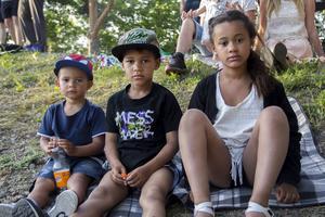 Boynjia Jobe, 2 år. Zion Colley, 5 år och Therese Colley, 8 år var och tittade på uppträdandet.