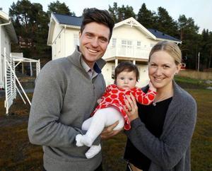 Nu har det blivit dags för David och Helena Ekhom att presentera Moa, drygt tre månader gammal. Här är familjen utanför sin nybyggda villa på Frösön.