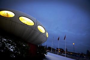Som ett rymdskepp. Tefatet på Aspholmen ser verkligen ut som att Örebro fått besök från rymdvarelser. Den runda byggnaden har stått i handelsområdet i 30 år. Trots att huset är litet inuti är det uppskattat av de nuvarande hyresgästerna, ett reklamföretag. Reklamvärdet är på topp, för alla i hela Örebro verkar känna till tefatet. BILD: PER KNUTSSON