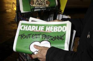 Charlie Hebdo i ett nyhetsställ i Nice, France. Den satiriska tidningen kommer nu också i tysk utgåva.