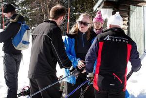 Läraren Inga-Lis Bromée-Sjöberg förberedde eleverna inför skidlektionen i Kyrkspåret i Åsarna.
