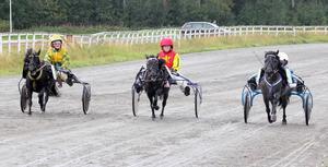 Tuff upploppsstrid i lopp 4. Det blev till slut invändiga Lilla Ariel och Magnus A Djuse som vann.