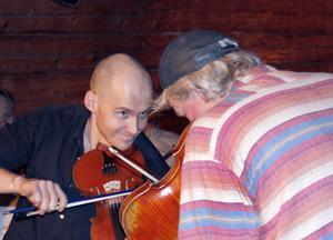 Görgen Antonsson och Johan Ask djupt inne i en vals.
