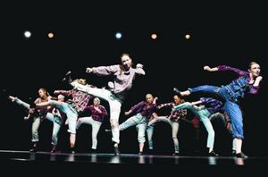 Fullt ös. Tjejerna vid Köpings dansskola sparade inte på krutet under helgens uppvisning på Forumteatern.
