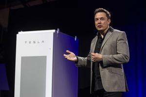 Elon Musk visar upp Teslas villabatteri för energilagring.