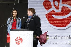 Susanne Bergström presenterar 17-åriga Elsie Bitar som debuterade som första majtalare med sitt vinnande egenskrivna bidrag.