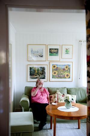 I vardagsrummet samsas Ikeasofforna med ett Carl Malmstensbord och konst av Dalakonstnärer på väggen.