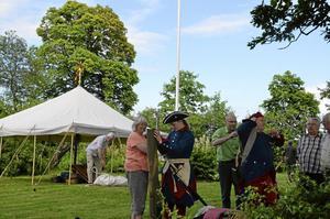 Förberedelser. Tältresning och vapenkoll för trädgården i Nalavi tillbaka till 1713.