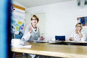 Birgit Ljung vill sprida hur bra hjälp hon och maken fått av anhörigstöd och demensboendet. Till höger Lena Lundgren, S.