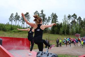 Till musik värme löparna upp innan startrepet höjdes. Bild: Mattias Nörgaard