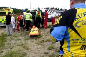 Tre skadade. Två olyckor inträffade under motorcrosstävlingen Dalacrossen i Amsberg. En person fördes med ambulanshelikopter till Akademiska sjukhuset i Uppsala och två personer fördes till Falu lasarett. Foto:Johan Larsson