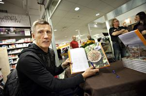 Vilt med Salming är en kokbok där den gamla hockeyspelaren även delar med sig av minnen och tankar.