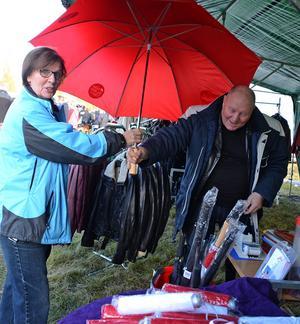Tina Magnusson från Gustafs passade på att köpa ett stort paraply av Bosse Johansson från Malung.