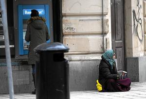 Hur mycket tjänar de? Bilden av hur mycket en tiggare får ihop på en dag är minst sagt splittrad. Arkivfoto: Fredrik Sandberg/TT