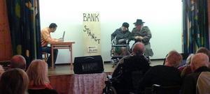 Om stängda bankkontor. Brunnsbergsrevyn spelade sin föreställning i Spanskgården.