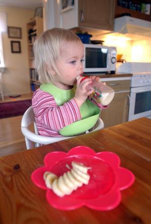 Kraven på barnstolar är inte tillräckligt höga. De är för lätta att vicka bakåt i när barnet tar spjärn mot bordet.  Stolen på bilden ingår inte i testet.