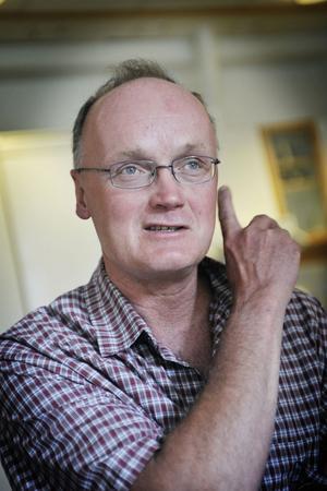 Antibiotikaanvändningen måste minska, menar chefsläkare Erik Sundholm. På Bollnäs hälsocentral kommer man inte längre att skriva ut penicillin vid osäkra fall utan erbjuder istället patienterna ett gratis återbesök två dagar senare.