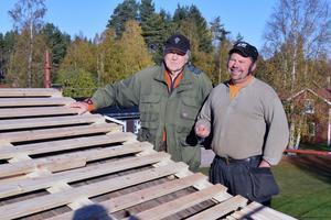 Genom att lägga ett nytt regelverk blir det ventilation under perten, vilket Bengt Ehnström och Peter Svensson tror är bra för konstruktionen.