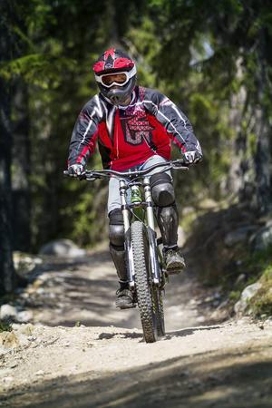 En downhillcykel har grövre däck, kraftigare bromsar och längre slaglängd på stötdämparna.