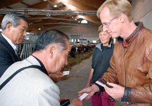 Artiga japaner var inte sena att vilja byta visitkort med Loman Lars Eriksson.