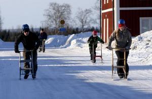 Simon Bergqvist kämpar som en galning för att komma ikapp de ledande Laila Sandqvist och Anders Stjernström. Men han hinner aldrig ta ikapp och hans lag blir bronsmedaljörer i Sikås sparktävling.
