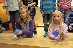Håller takten. Maja Östlund och Sofie håller takten i Kappsången med hela sin klass i fyran som uppträder och sjunger.