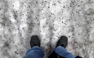 Vägar behöver plogas efter snöfall, framhåller skribenten.