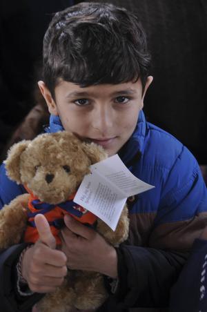 Nallebjörnarna ombord på Sjöräddningssällskapets båt är populära bland barnen. Den här pojken fanns med bland de 73 flyktingar som räddades utanför Samos.