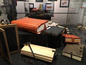 Skinn och trä är två av materialen som samsas i utställningen på Dalarnas museum.