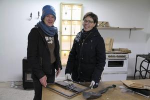 Katia Eder och Elin Westlund ställer ut sin keramik och handvävda textilier i smidesverkstaden.