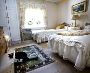 Vem vill inte bo i detta trevliga gästrum som går i gult?